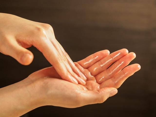 スキンケア 女性の手